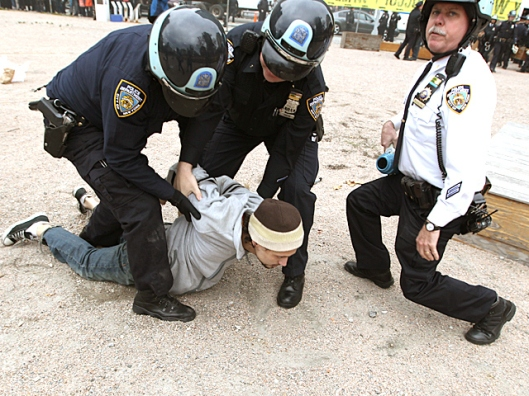 d17-nypd-wrestle-guy-to-ground
